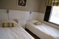 Коттедж C, спальня с двумя кроватями