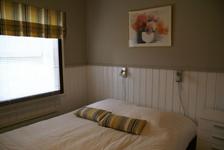 Коттедж C, спальня с двуспальной кроватью