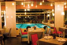 Отель Les Lazaristes, ресторан у бассейна